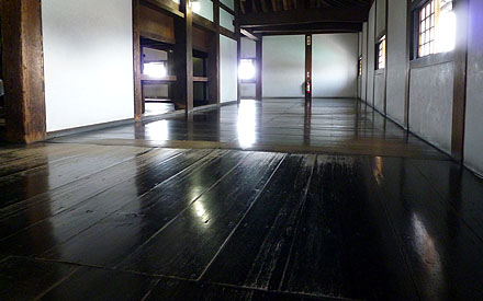 犬山城の床 - polished floor of Inuyama Castle
